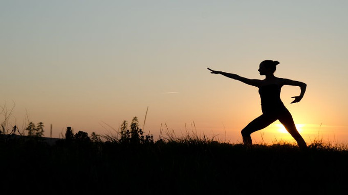 woman-praticing-tai-chi-chuan-at-sunset